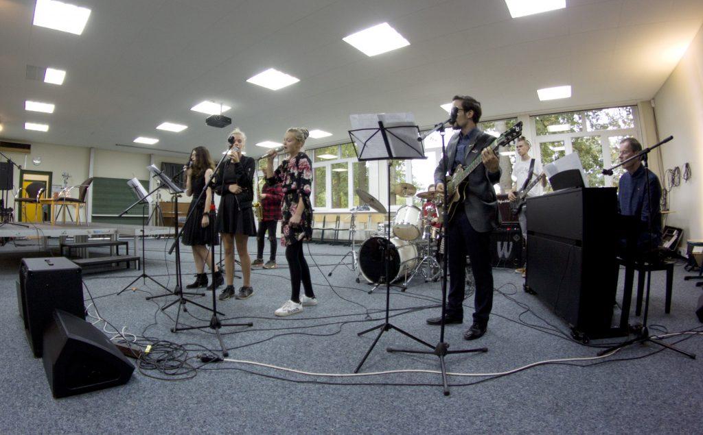 Die Schulband sorgt dabei für musikalische Highlights!