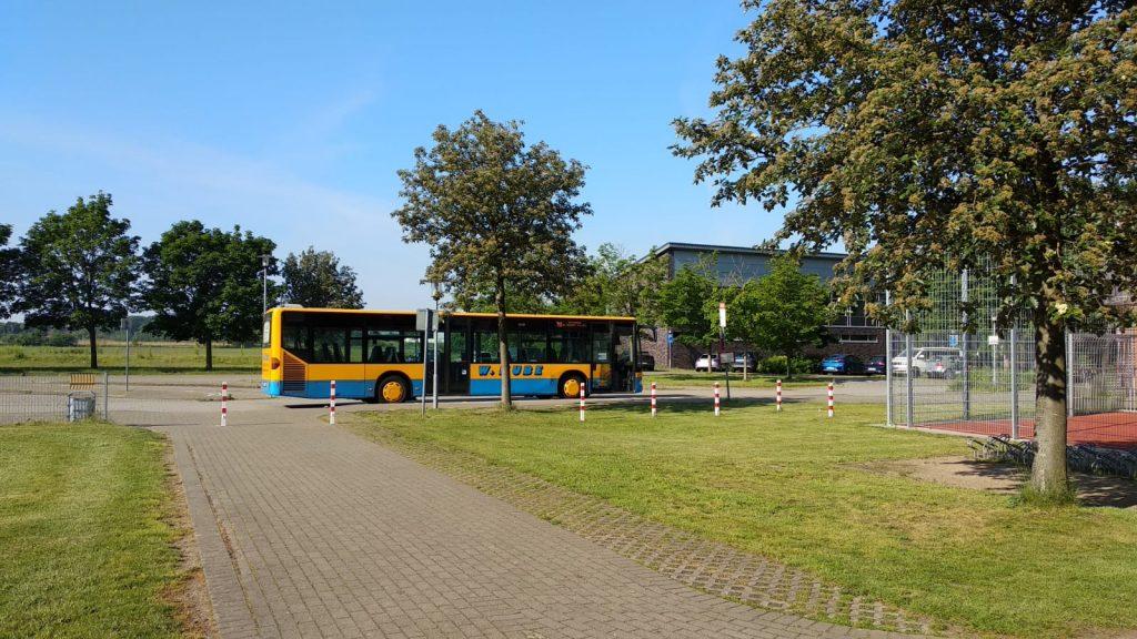 Hinter der Schule befinden sich auch die Bushaltestellen.