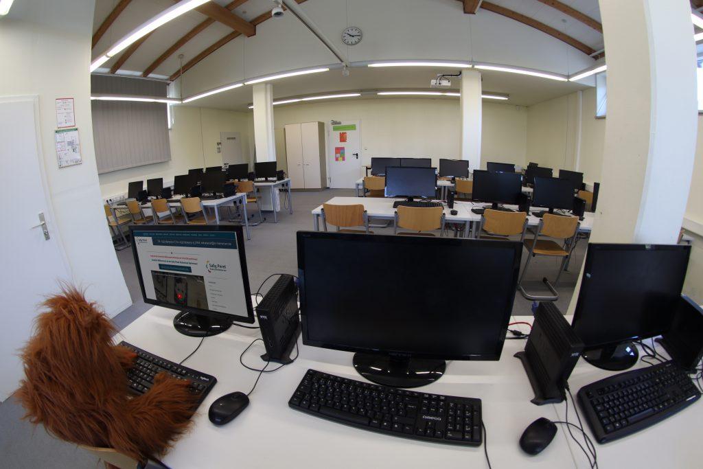 Im oberen Stockwerk der Schule befinden sich auch zwei Computerräume.