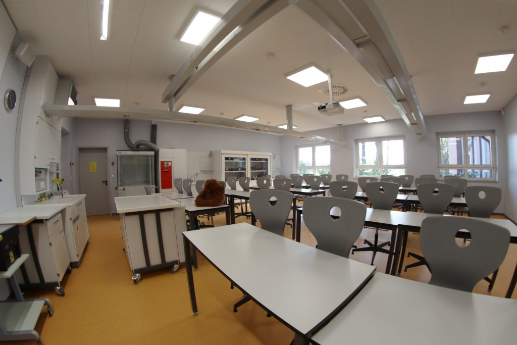 Gegenüber liegen unsere Chemieräume.